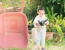 Przystojny Azjatycki dzieciak bierze fotografię cyfrową kamerą Fotografia Royalty Free