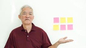 Przystojny Azjatycki starszy m??czyzna przedstawia biel kopii przestrze? fotografia royalty free