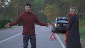Przystojny azjatykci mężczyzny mienia kciuk do chwyta samochód Mężczyzna próbuje zatrzymywać pojazd na drodze ale samochodzie jec zbiory wideo