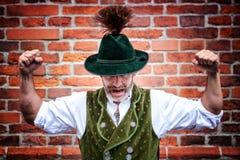 Przystojny bavarian mężczyzna napina jego mięśnie zdjęcie stock