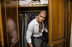 Przystojny bez koszuli młody męski kochanek chuje inside Zdjęcia Royalty Free