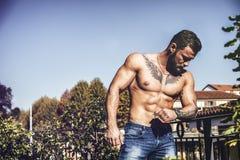 Przystojny bez koszuli mięśniowy młody człowiek plenerowy Fotografia Stock