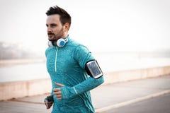 Przystojny biegacz ćwiczy biegać w mieście fotografia stock