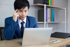 Przystojny biznesmen dostaje gniewnym tak dużo gdy klient lub employe obraz royalty free