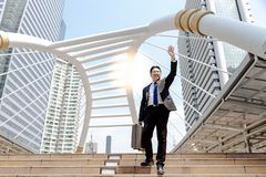 Przystojny biznesmen jest powitaniem lub mówić cześć jego przyjaciel lub fotografia stock