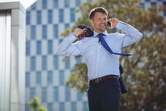 Przystojny biznesmen opowiada na telefonie komórkowym Obrazy Stock