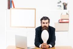 Przystojny biznesmen trzyma żarówkę Fotografia Stock