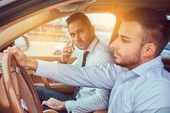 Przystojny biznesmen w luksusowym samochodzie obraz royalty free