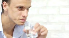 Przystojny biznesmen w przypadkowej sukiennej wodzie pitnej w biurze zbiory wideo