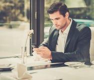 Przystojny biznesmen w restauraci zdjęcia stock