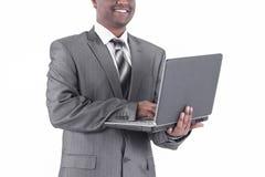 Przystojny biznesmen z laptopem Odizolowywaj?cy na bielu obrazy stock