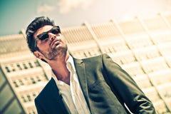 Przystojny biznesmen z okularami przeciwsłonecznymi Obrazy Royalty Free