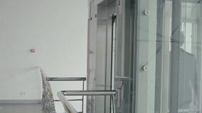 Przystojny biznesmena czekanie szklana winda zdjęcie wideo