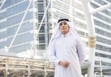 Przystojny biznesmena języka arabskiego stojak w mieście zdjęcia stock