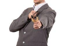 Przystojny biznesowego mężczyzna skoncentrowany celowanie a fotografia royalty free