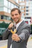 Przystojny biznesowego mężczyzna skoncentrowany celowanie a zdjęcia royalty free