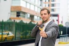 Przystojny biznesowego mężczyzna skoncentrowany celowanie a zdjęcie stock