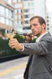 Przystojny biznesowego mężczyzna skoncentrowany celowanie a fotografia stock