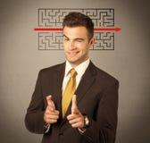 Przystojny biznesowy facet rozwiązuje labirynt Obrazy Royalty Free