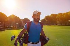 Przystojny bliskowschodni golfowy gracz przy kursem Fotografia Royalty Free