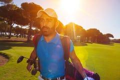 Przystojny bliskowschodni golfowy gracz przy kursem Zdjęcie Royalty Free