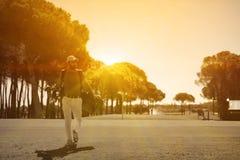 Przystojny bliskowschodni golfowy gracz przy kursem Zdjęcia Stock