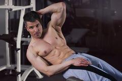 Przystojny bodybuilder pozuje w gym, perfect mięśniowy męski ciało Fotografia Royalty Free