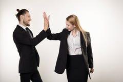 Przystojny brodaty biznesmen z modną fryzurą i jego partner biznesowy blondynki dziewczyną, oba w czarnych kostiumach zdjęcia royalty free