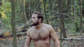 Przystojny brodaty mężczyzna chodzi z ax w lesie 4K zdjęcie wideo