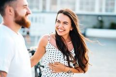 Przystojny brodaty mężczyzna i jego piękna dziewczyna fotografia stock