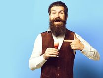 Przystojny brodaty mężczyzna z długą brodą i wąsy na uśmiechniętej twarzy smacznym szkle alkoholiczka strzelaliśmy w rocznika zam zdjęcie stock