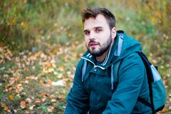 Przystojny brodaty męski turysta wycieczkuje w lesie obrazy royalty free