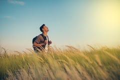 Przystojny caucasian mężczyzny spojrzenie przy słońcem z plecakiem na jego brać na swoje barki, czas iść podróżować błękitny samo zdjęcie royalty free