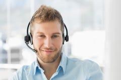 Przystojny centrum telefoniczne agent jest ubranym słuchawki Fotografia Royalty Free