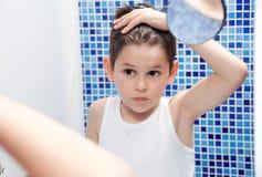 Przystojny chłopiec stylu włosy z gel Szczotkarski włosy Chłopiec w bielu Zdjęcie Royalty Free