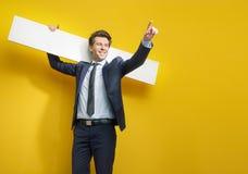 Przystojny delikatny mężczyzna golding białą deskę zdjęcie stock