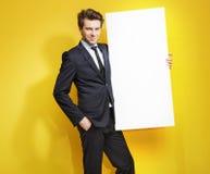 Przystojny dżentelmen niesie białą deskę Obraz Stock
