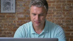 Przystojny dojrzały caucasian mężczyzna jest pisać na maszynie jego biznes, robić i spoglądający przy kamerą z szczęśliwym uśmiec ilustracja wektor