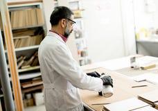 Przystojny dojrzały inżyniera testowanie barwi na drewnianych próbkach Zdjęcie Royalty Free
