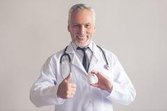Przystojny dorośleć lekarkę Obrazy Royalty Free