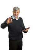 Przystojny dorośleć mężczyzna pokazuje Ok znaka Zdjęcia Stock