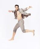 Przystojny doskakiwanie mężczyzna na kostiumu odizolowywającym na białym tle Obraz Royalty Free
