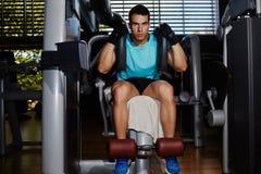 Przystojny dysponowany mężczyzna pracujący z brzusznymi mięśniami out zdjęcie stock