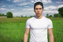 Przystojny dysponowany młody człowiek przy wsią, jest ubranym Obraz Stock