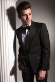 Przystojny elegancki biznesowy mężczyzna patrzeje w dół Obraz Stock