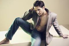 Przystojny elegancki facet z ładnym ostrzyżeniem fotografia royalty free
