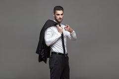 Przystojny elegancki mężczyzna na popielatym tle zdjęcie royalty free