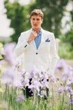 Przystojny elegancki mężczyzna odprowadzenie zdjęcie royalty free
