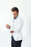 Przystojny elegancki mężczyzna przystosowywa jego rękawy Obrazy Royalty Free