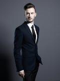 Przystojny elegancki mężczyzna w eleganckim kostiumu zdjęcie stock